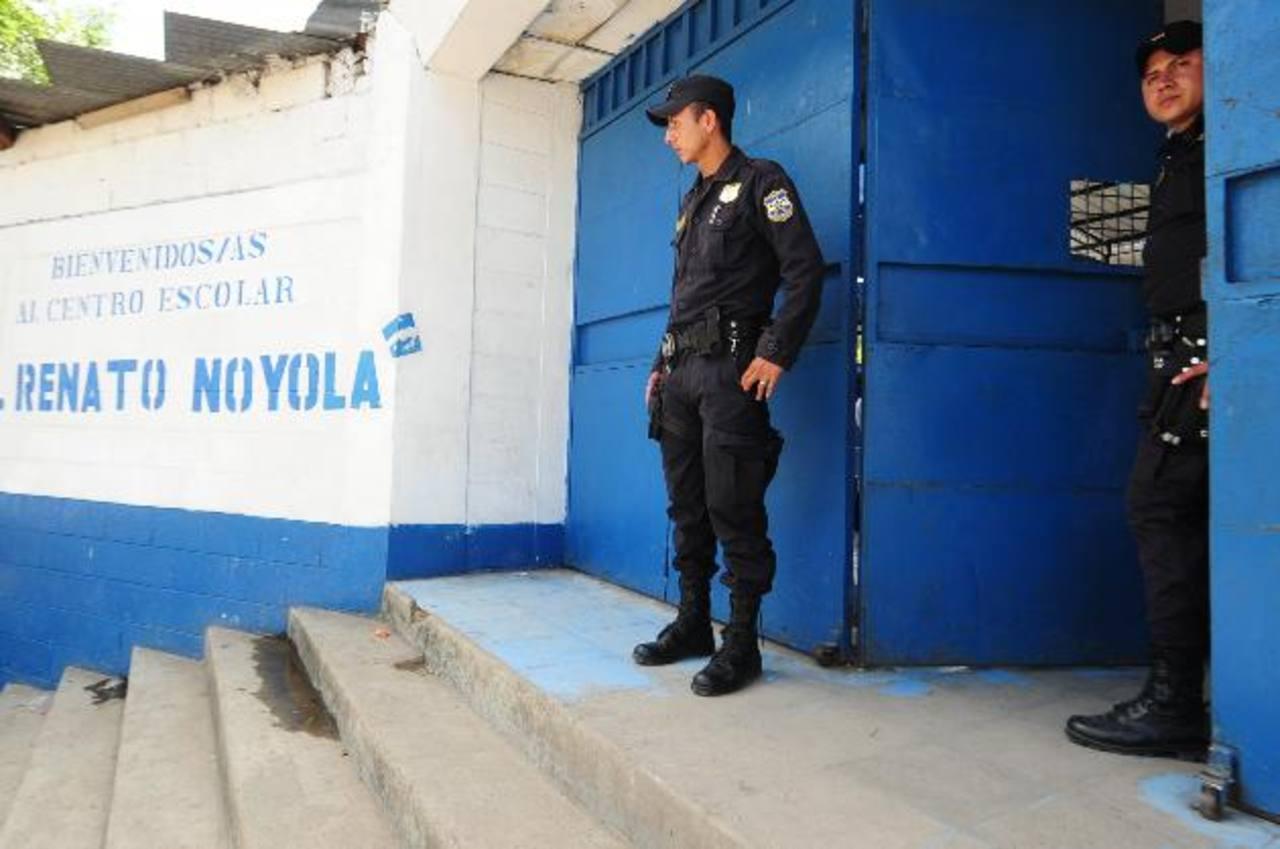 Agentes de policía custodian la entrada de una escuela en Apopa. Foto eh / archivo