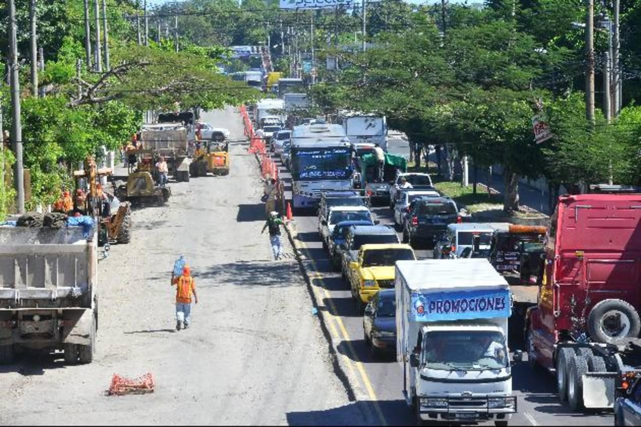 El tránsito de vehículos se ha vuelto lento en los 3.3 kilómetros de tramo donde trabaja el Fovial.