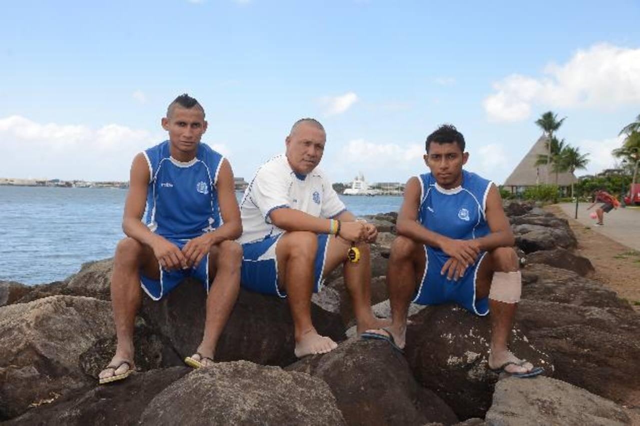 Rudis Gallo en el centro de sus dos jugadores emblema, con el fondo de Tahití. A la izquierda, el Tin Ruiz; a la derecha, Frank Velásquez. foto edh /archivo