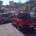 El tránsito vehicular en la colonia San Benito, San Salvador, se complicó nuevamente hoy ante el cierre frente a Capres. Foto: Thelma Bruno
