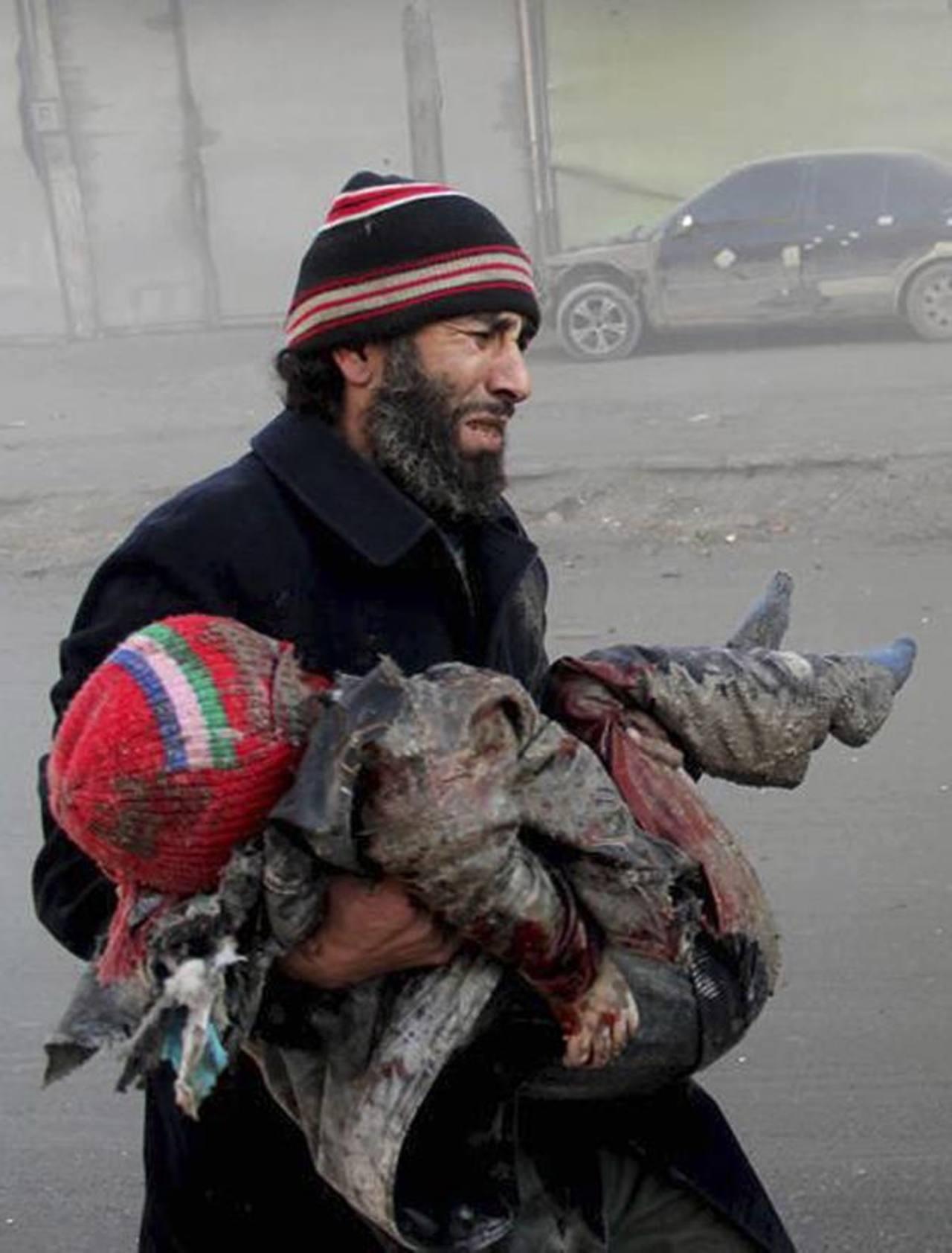 La fotografía, difundida por la oposición, muestra a un hombre que porta en brazos a su hijo muerto. foto edh / AP