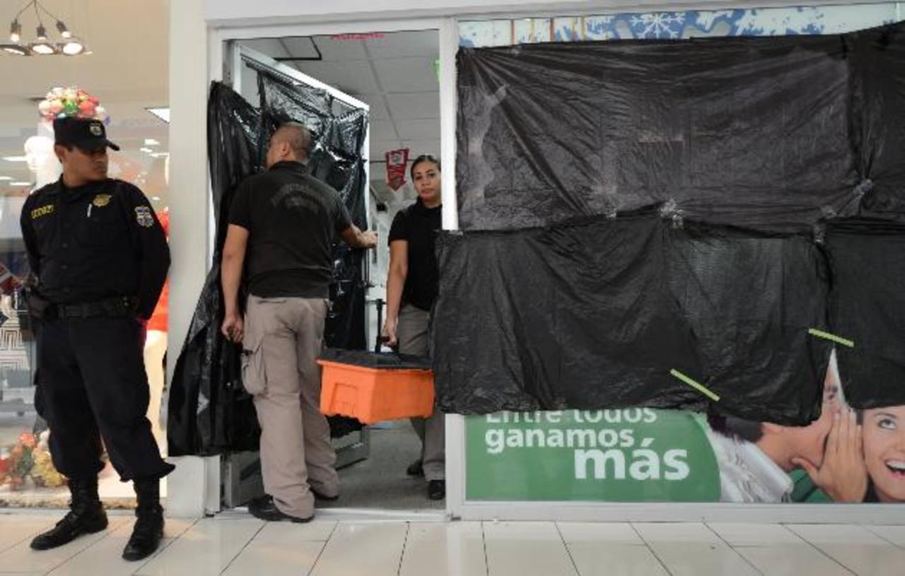 Agentes de la División de Inspecciones Oculares de la Policía Nacional Civil se presentaron a la escena para levantar las evidencias de un caso de intolerancia. Fotos EDH / Mauricio Cáceres.
