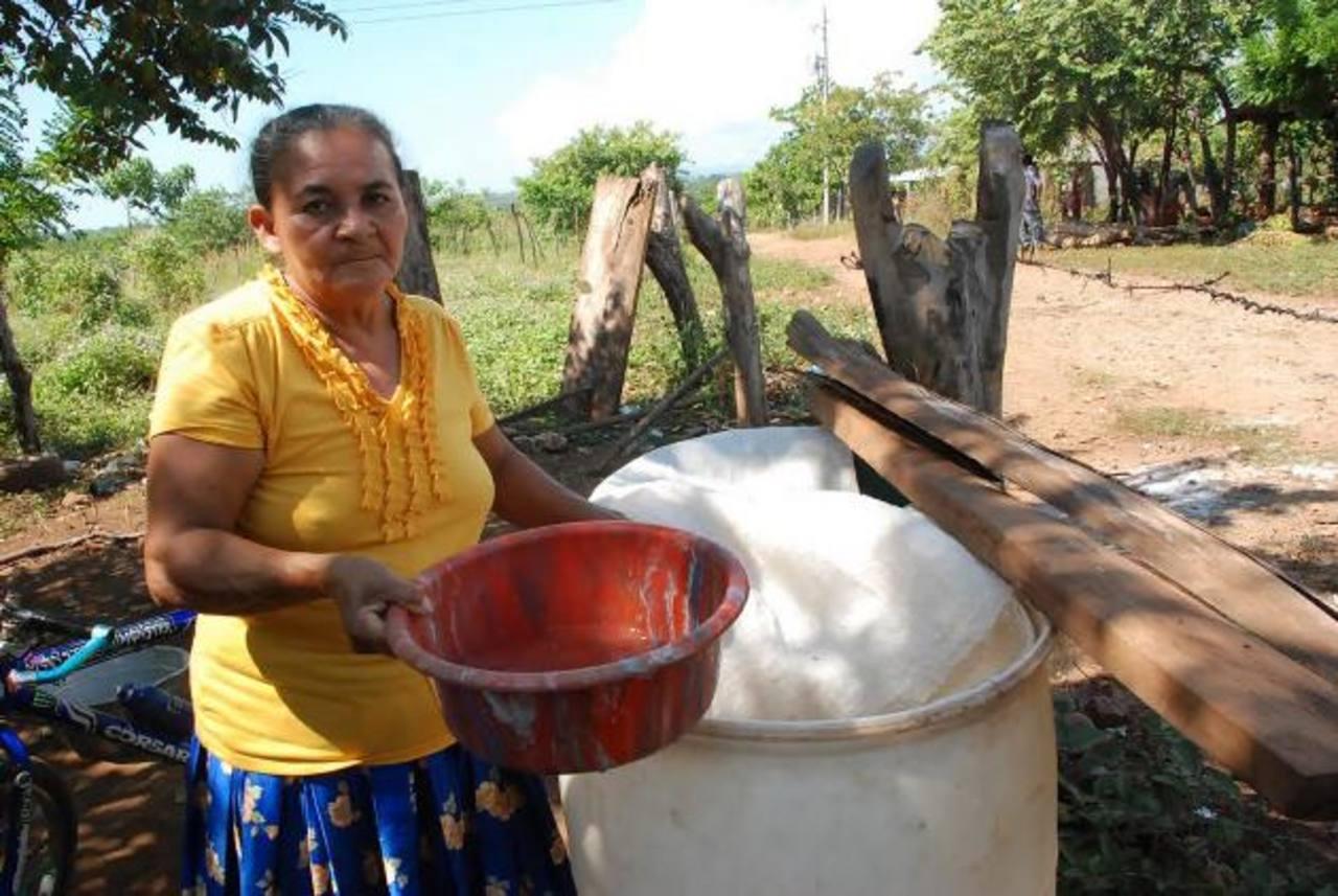 Vecinos aseguran que para tener agua en sus casas deben comprarla a diario. foto edh / insy mendoza