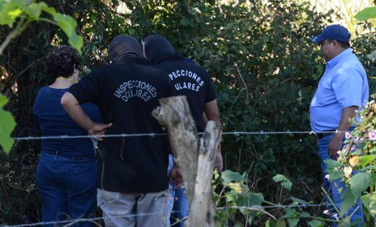 Uno de los cadáveres calcinados fue hallado en esta calle del cantón Santa Rosa, en Quezaltepeque, La Libertad. Vecinos relataron que el hombre fue quemado vivo. Foto EDH / C. Castillo.