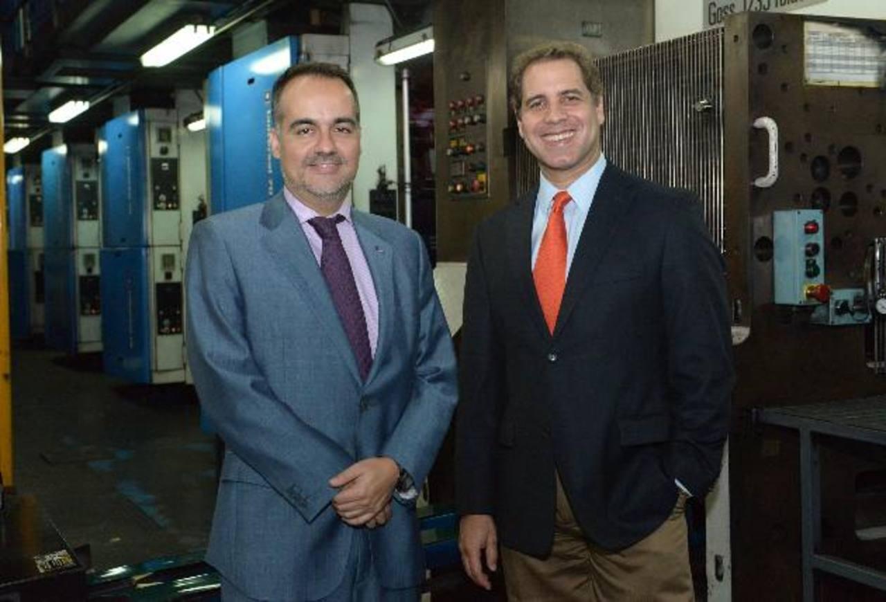 El embajador de la Unión Europea, Jaume Segura, junto al director ejecutivo de El Diario de Hoy, el licenciado Fabricio Altamirano, durante su visita a las instalaciones del periódico. foto edh / René Estrada.