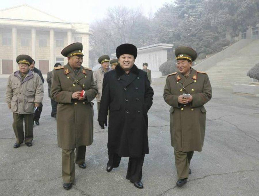 Foto facilitada por la agencia estatal de noticias KCNA, que muestra al dictador norcoreano, Kim Jong-un (c). foto edh / efe