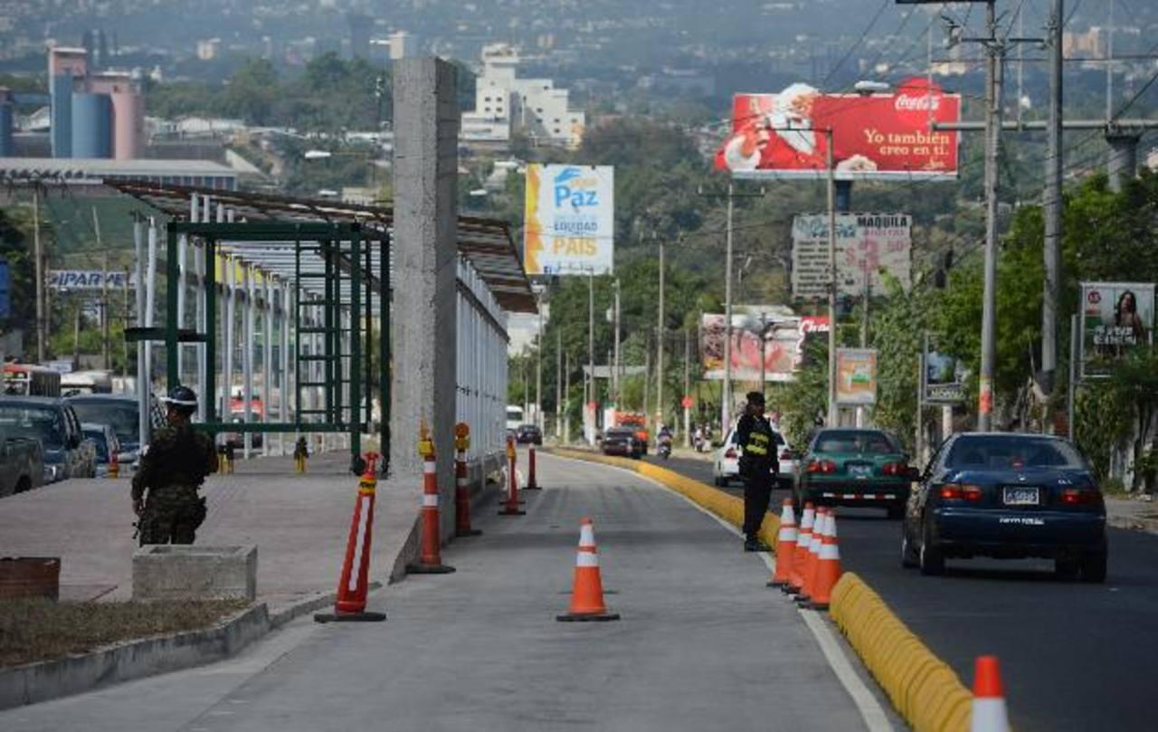 Ayer, Funes anunció la habilitación de dos carriles del Sitramss para hacer más fluido el tráfico. Foto s EDH /Douglas Urquilla