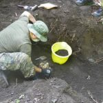Voluntario ayuda a descubrir uno de los 24 cuerpos que habían sido enterrados. fotos edh /corte fgr