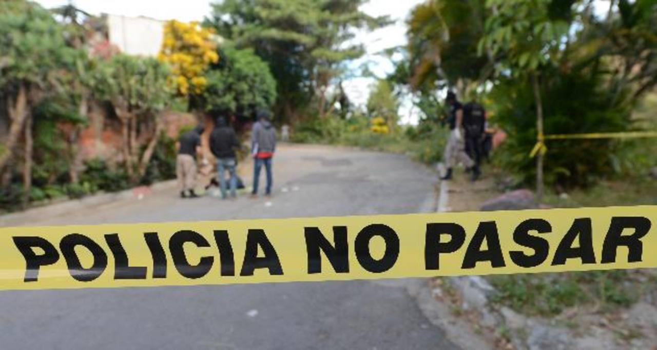 El cadáver hallado en Santa Margarita, en Ciudad Delgado, tenía tatuajes de la pandilla 18. Foto EDH / Claudia Castillo Las autoridades policiales atribuyen la mayoría de asesinatos a las pandillas. Foto EDH / Archivo