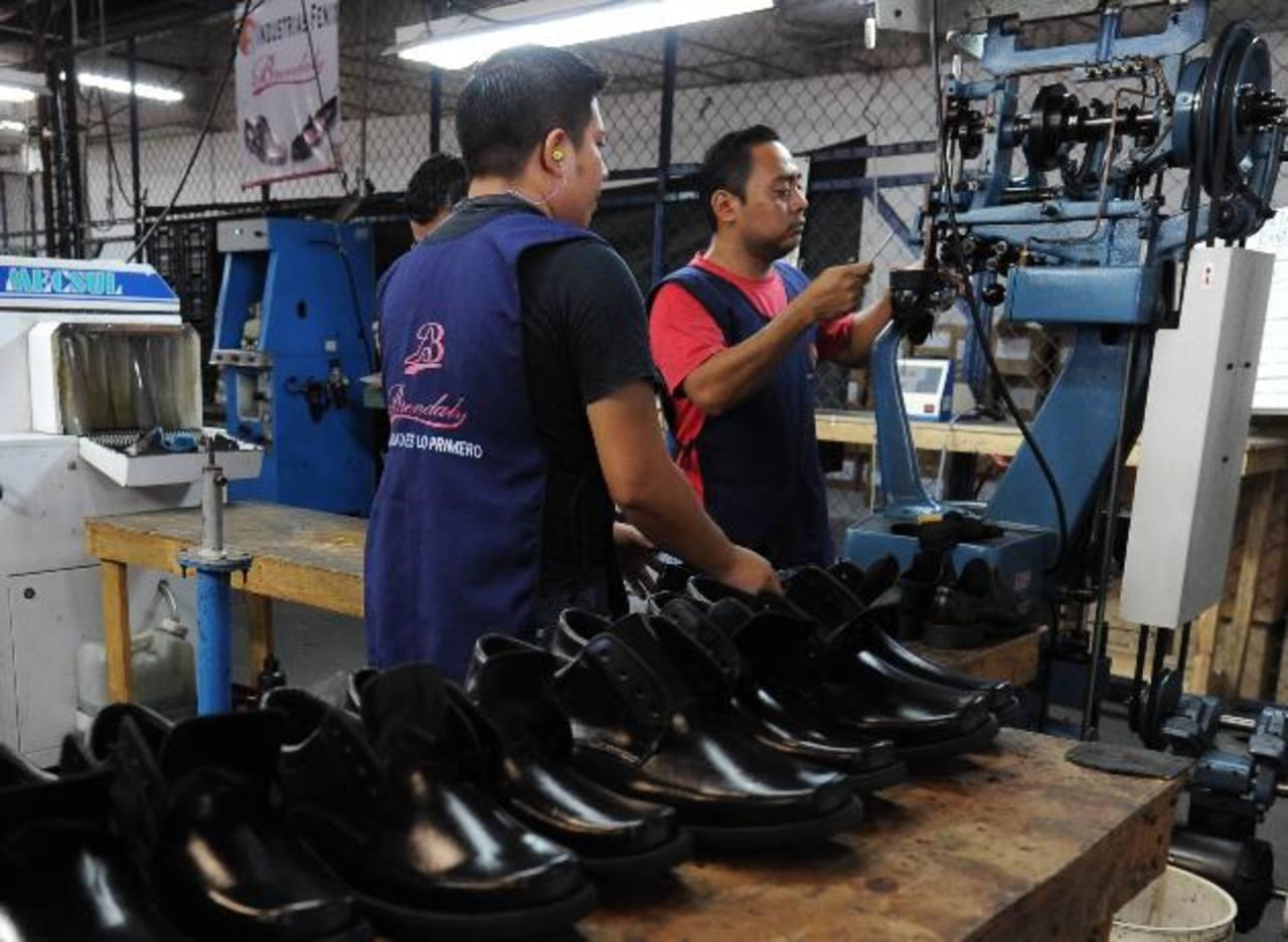 Los trabajadores de hoy son los más afectados si la rentabilidad de sus cotizaciones no aumenta a través de una mejor opción de inversiones. Foto EDH / archivo