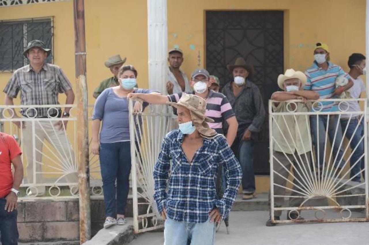 Los cuerpos de socorro entregaron cientos de mascarillas a los habitantes de San Jorge para que se protegieran de los gases emanados por la erupción del volcán. Foto EDH/Douglas Urquilla