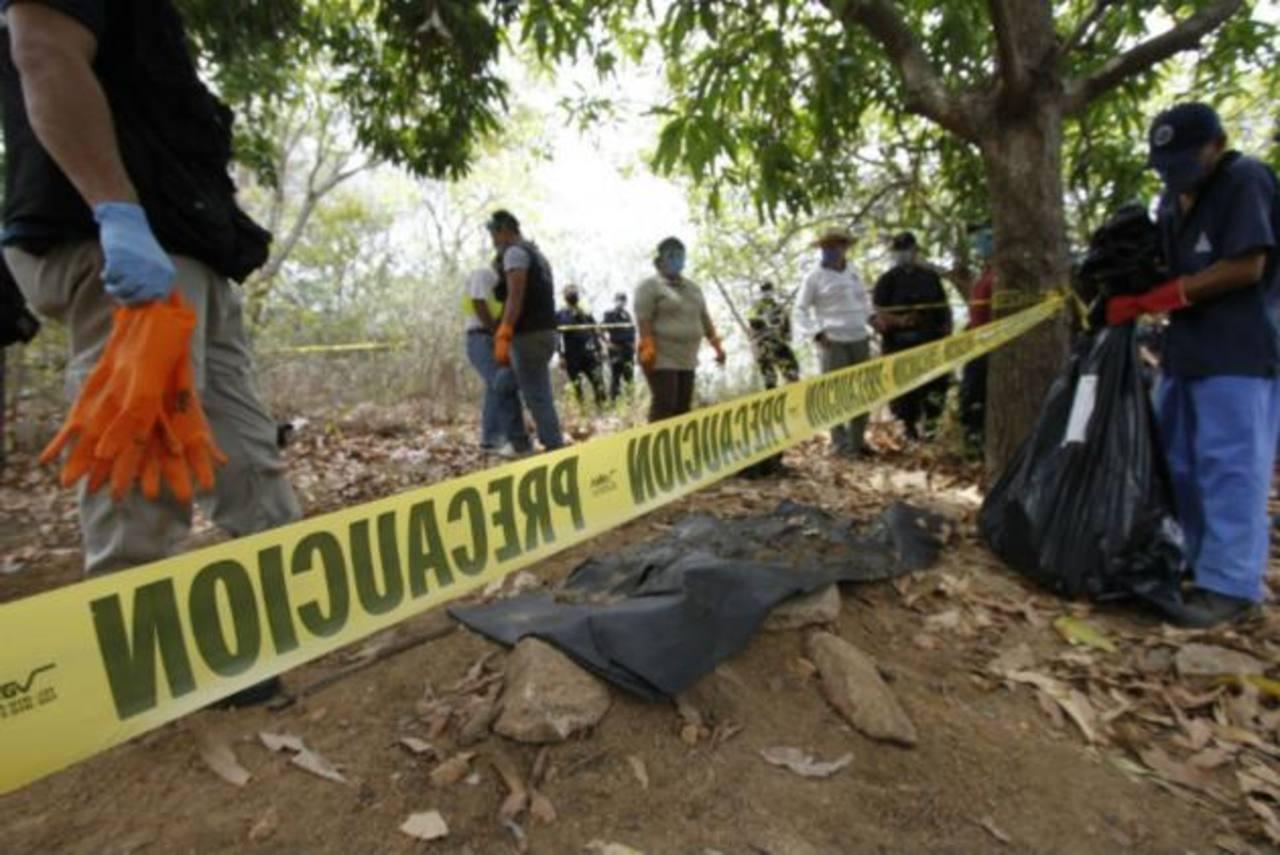 Forenses revisan, el pasado 17 de noviembre, 5 fosas clandestinas cerca de Acapulco-Pinotepa . foto edh / internet