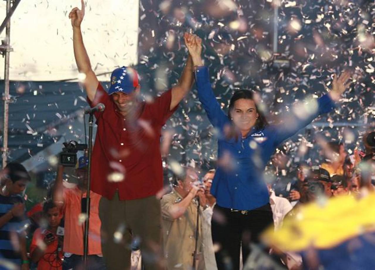 La candidata opositora por la alcaldía de Maracaibo, Eveling Trejo de Rosales (d), y el líder opositor y gobernador del estado Miranda, Henrique Capriles (i).