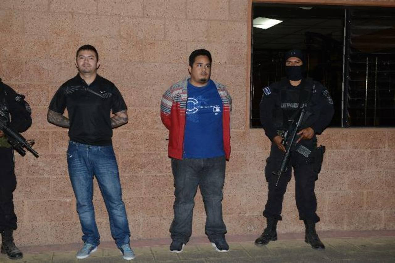 Ambos sujetos fueron deportados ayer hacia Guatemala y entregados a la Interpol. foto EDH / M. Villalta.