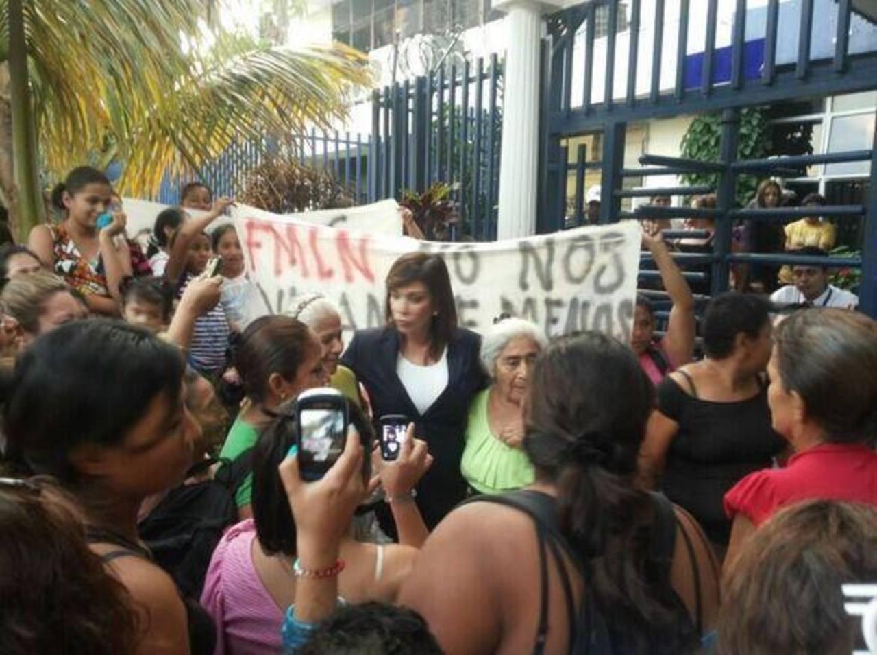 La diputada Ana Vilma de Escobar es respaldada por un grupo de vendedoras