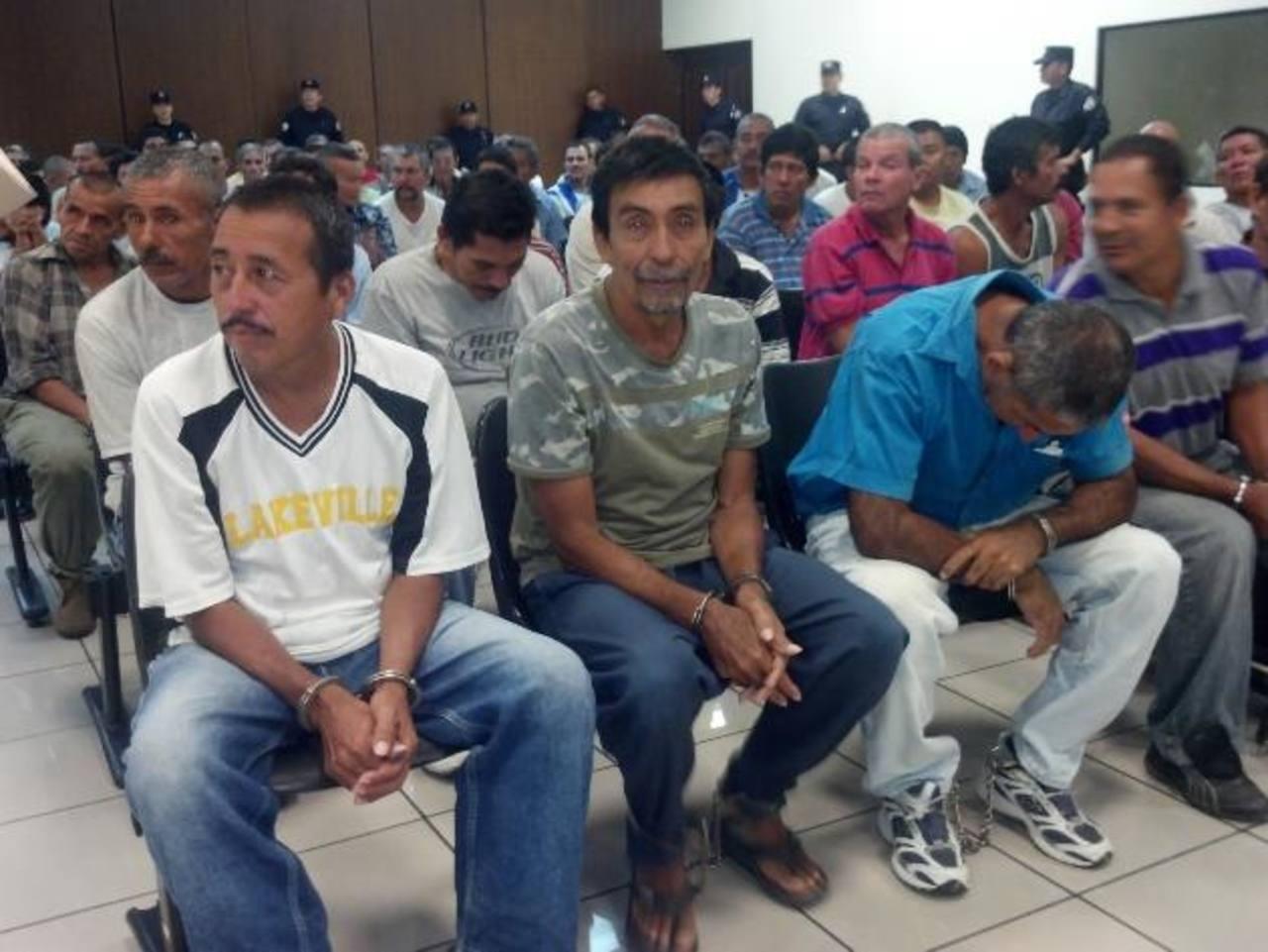 Ayer por la mañana, tanto acusados como defensores auguraban una resolución a su favor. Foto EDH / Jaime López
