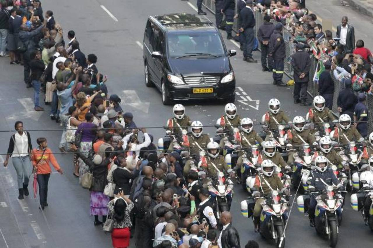 Sudafricanos se agolpan en las calles para seguir el cortejo fúnebre del expresidente sudafricano . foto edh / efe