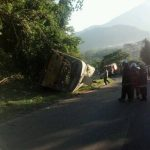 Autoridades procesan la escena del accidente de bus en San Vicente donde tres personas murieron y 19 resultaron lesionadas.