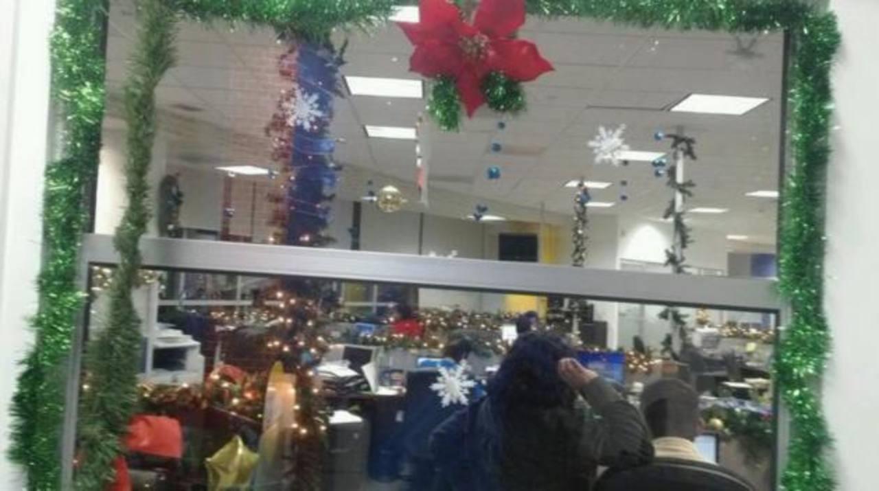 Así decoran los salvadoreños sus oficinas para Navidad
