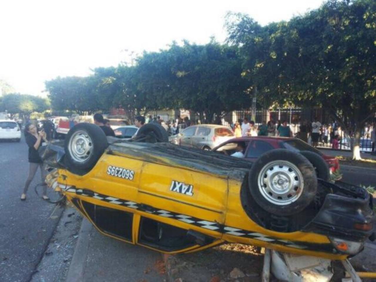 Un camión perdió los frenos e impactó a varios vehículos en Soyapango. Hubo cinco lesionados.