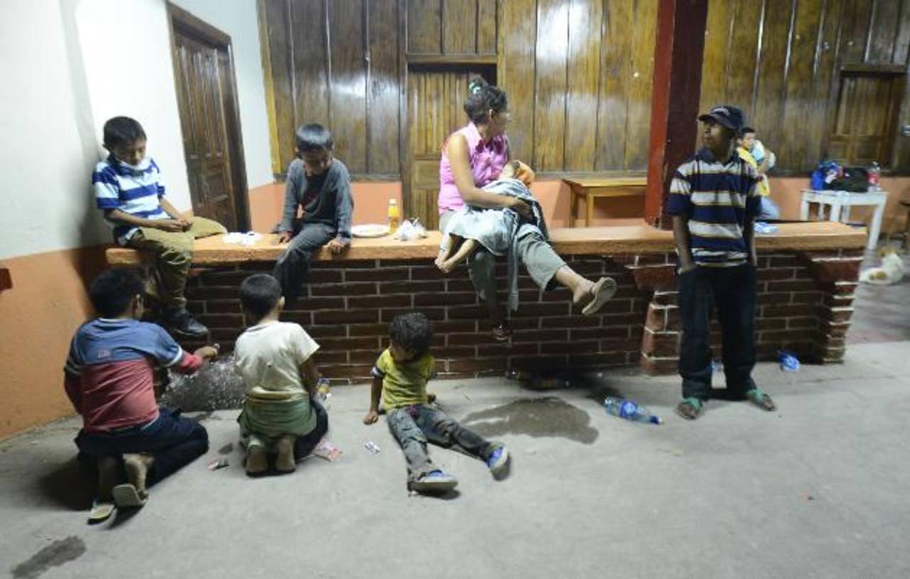 Los menores en los albergues improvisan juegos para entretenerse, mientras sus padres procuran hacerse de alimentos y otros utensilios de primera necesidad. Foto EDH / Marvin Recinos