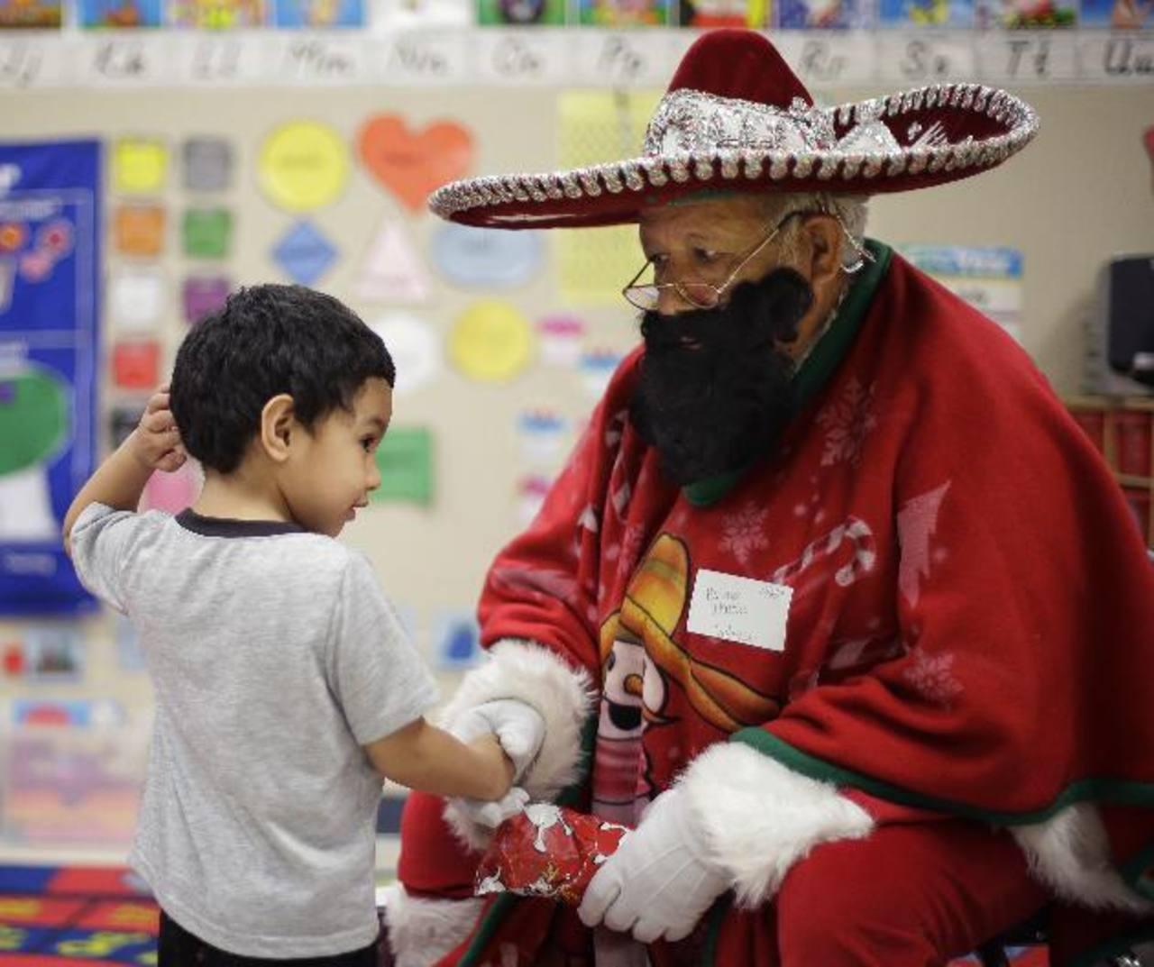 Rudy Martínez, conocido como Pancho Claus, visita a los alumnos de la escuela primaria Knowlton en San Antonio, Texas. Foto/ AP