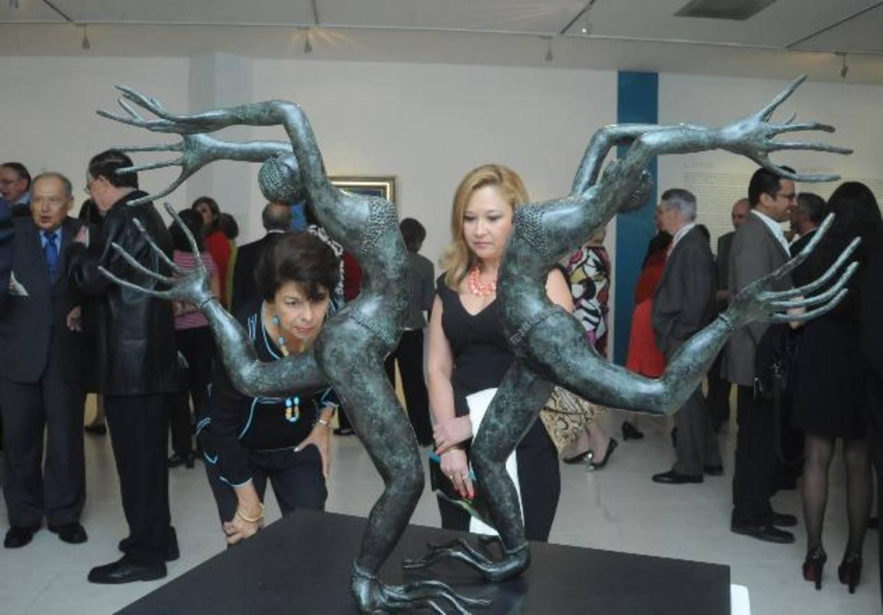 Asistentes a la inauguración oficial se deleitaron con la muestra. Acá una de las esculturas de Titi. fotos EDH / Lissette Monterrosa