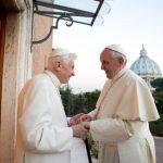 Papas se reunieron para intercambiar regalos de Navidad. Foto/ AP