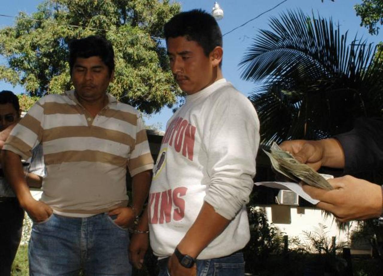 Pastor Turcios Pérez y Víctor Manuel Paz, cuando fueron capturados en febrero 2004. Foto EDH / Archivo