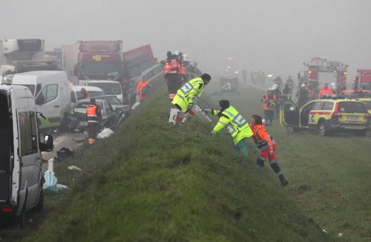 Las imágenes del choque muestran varios vehículos aplastados, algunos volcados y un camión incrustado en el costado del camino, todos envueltos en densa niebla. Foto/ AP