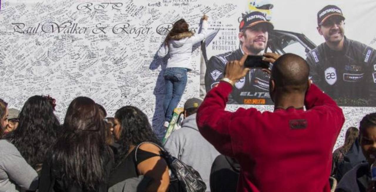 Miles de seguidores de Paul Walker acudieron al homenaje dedicado al actor en California. Foto/ AP