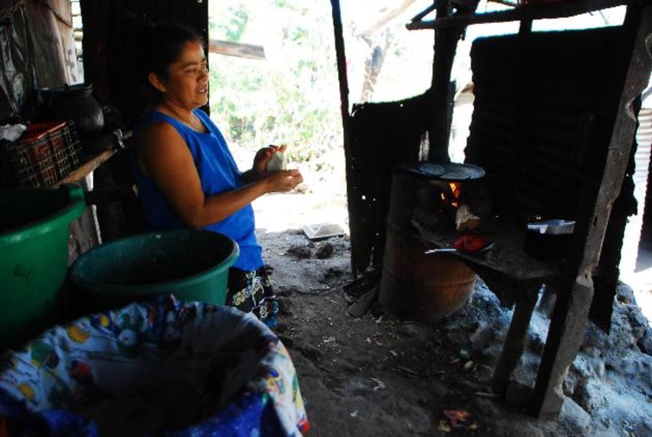 María Virginia Hernández explica que su familia recolectaba café al momento de la erupción. Foto EDH / Francisco Torres