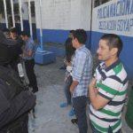 Los sospechosos fueron capturados el domingo por policías de Soyapango. Ayer los presentaron ante medios. Foto EDH / Éricka Chávez