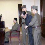 Jang Song-thaek, con las manos atadas con una cuerda, fue llevado a la corte por los uniformados. foto edh / Reuters
