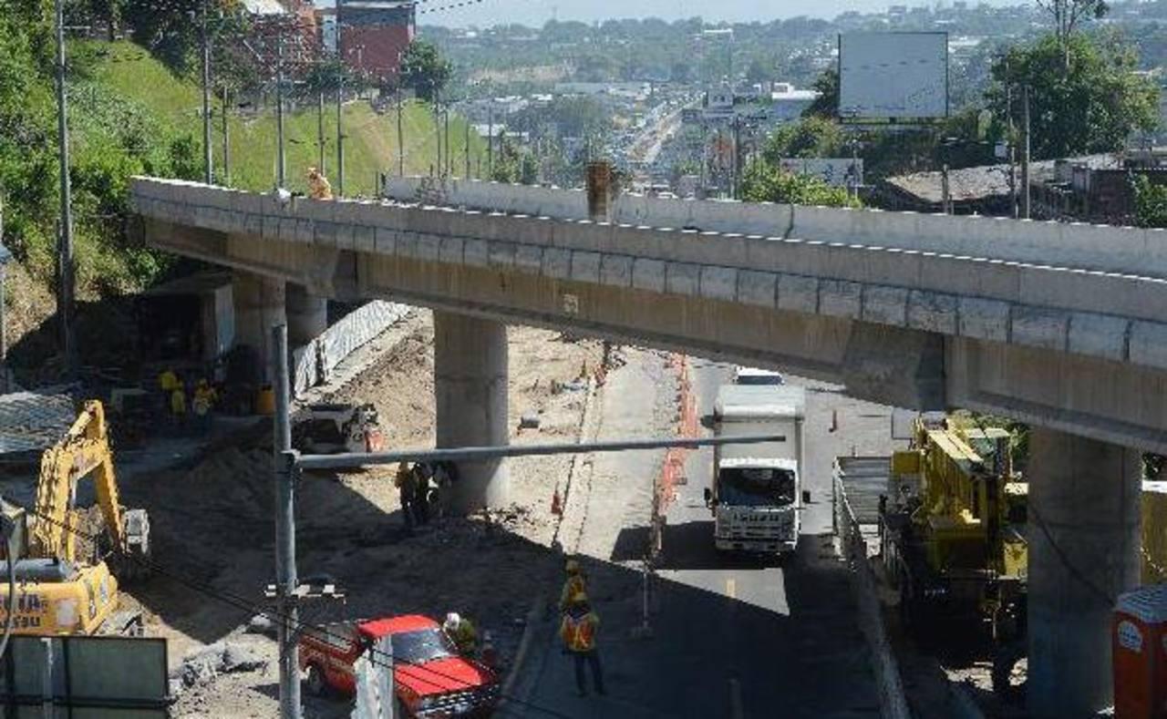 Ayer habilitaron el nuevo paso a desnivel que conecta al bulevar del Ejército con el Arturo Castellanos. Foto EDH/