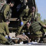 Paramédicos del ejército israelí atienden a un civil que fue víctima de disparos provenientes de la Franja de Gaza. Foto/ AP