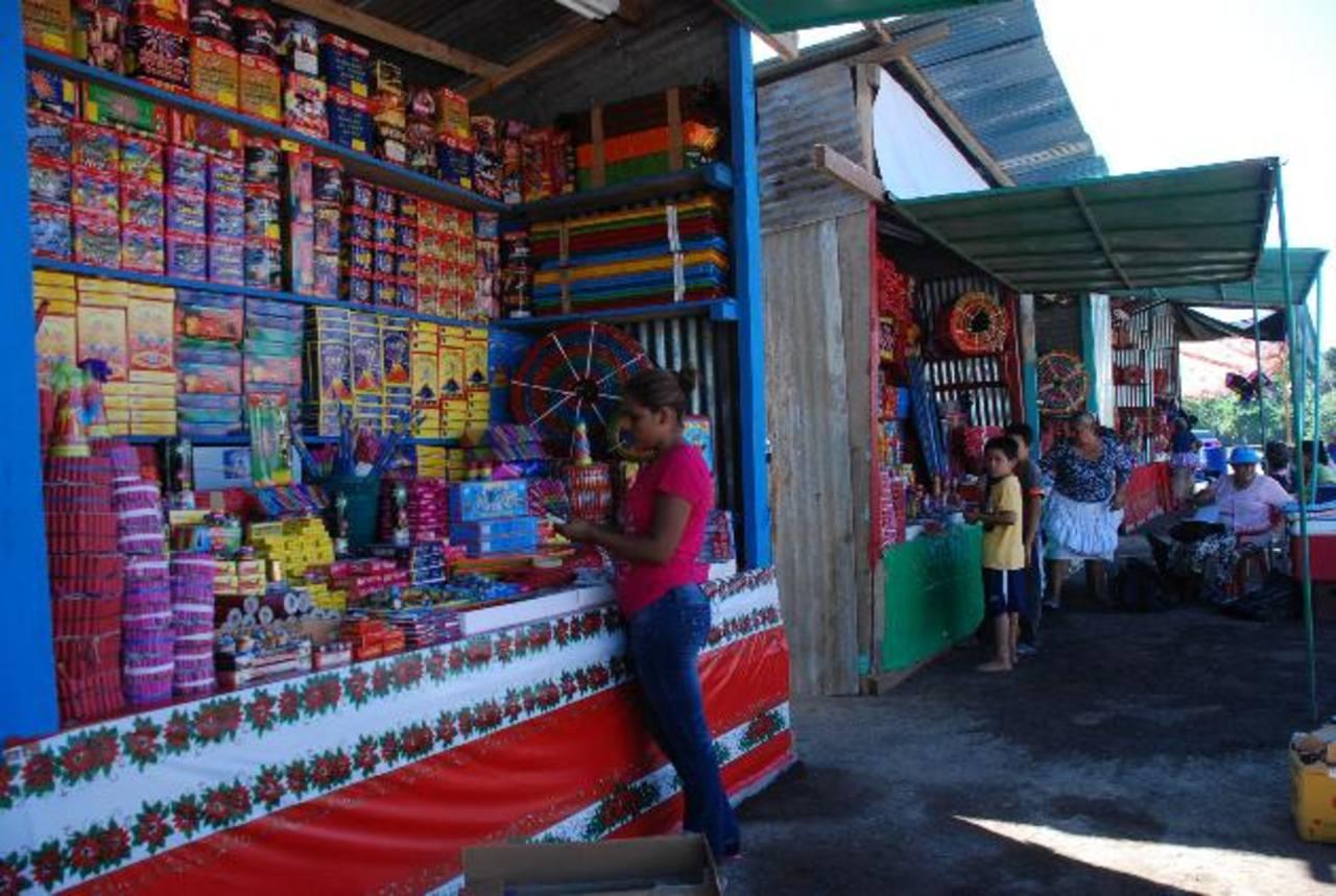 En San Miguel habilitaron las ventas de pólvora el 3 de diciembre. Se retirarán a inicios de enero. foto edh / lucinda quintanilla