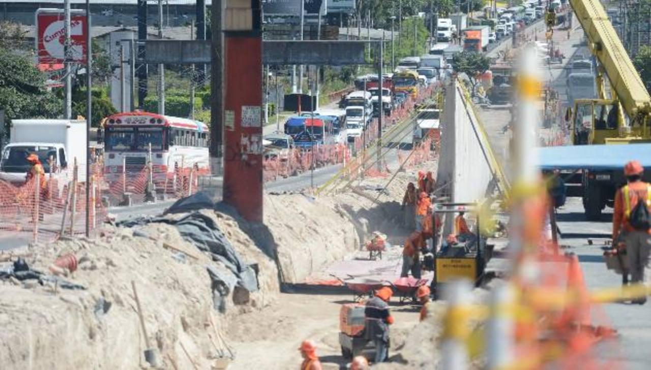 Desde julio, quienes pasan por el Bulevar del Ejército se ven afectados por las obras para el Sitramss. Foto EDH / Mauricio Cáceres