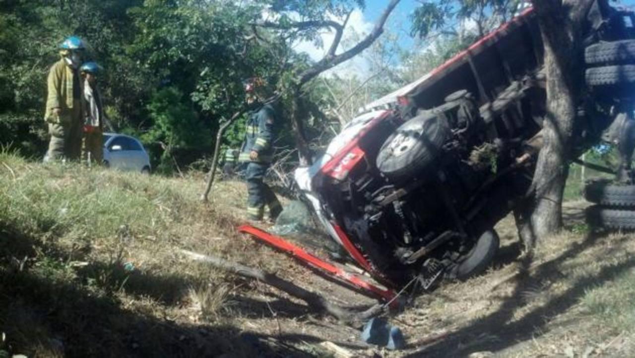 El carro quedó entre los árboles de la autopista a Comalapa, cerca de la colonia Montelimar. Foto EDH / Miguel Villalta.