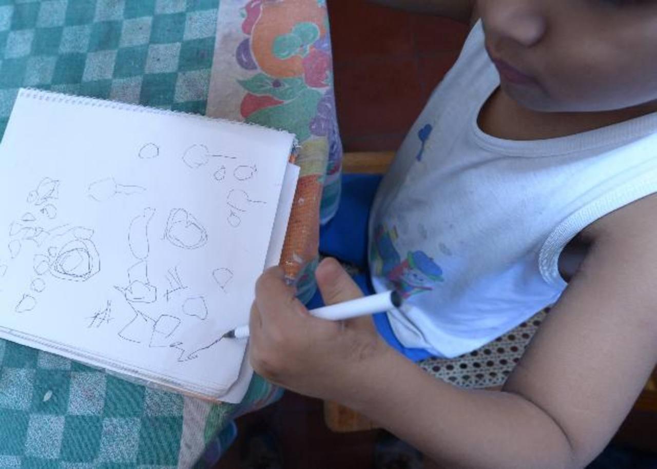 Maycol, de cinco años, dibuja con la mano izquierda tras su rehabilitación. foto edh / douglas urquilla