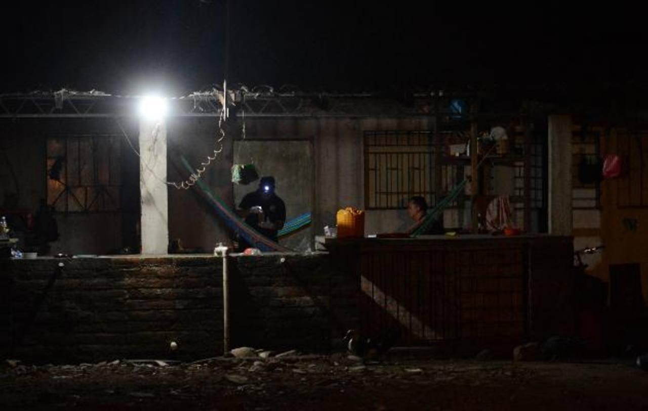 Policías recolectan evidencia en la casa donde fueron asesinados Julio Barraza, de 37 años, y su hijo Larry Misael, de nueve. Foto EDH / Douglas Urquilla