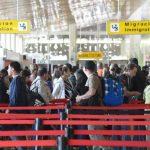 Los bancos de vuelos de la mañana y la tarde son los que mayor presión le generan a la terminal. Fotos EDH / Douglas Urquilla