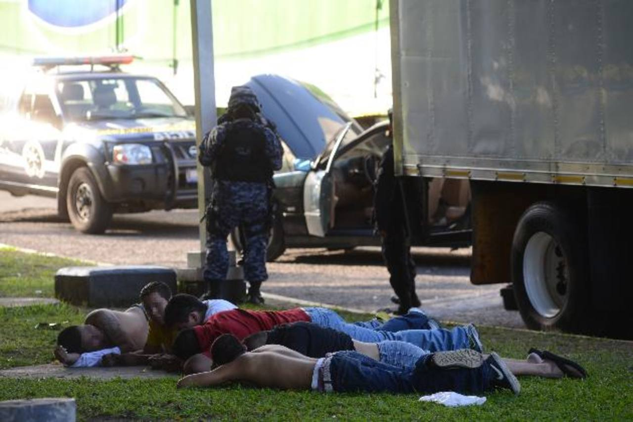 A los seis detenidos les serán imputados los cargos de robo de auto y agrupaciones ilícitas. La Policía no descarta que también se dediquen a la distribución de drogas. Foto EDH / Miguel Villalta