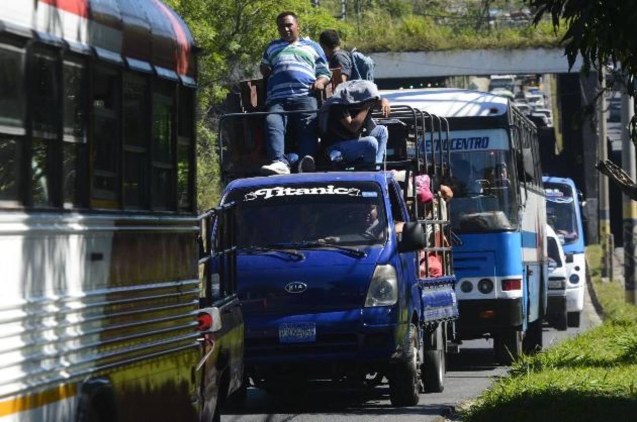 El Fovial cerró ayer, por trabajos, un tramo del Bulevar del Ejército en la zona de la Fuerza Aérea y se generó congestión. Foto EDH / Marvin Recinos