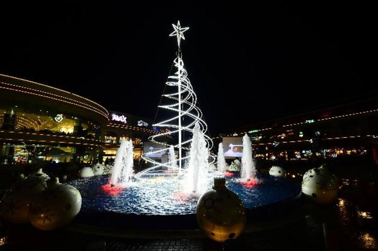 La iluminación en el árbol de la Fuente es uno de los principales atractivos en el área peatonal de este moderno centro comercial. fotos edh /Douglas Urquilla
