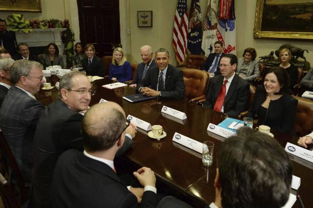 El presidente estadounidense, Barack Obama (centro, detrás), y el vicepresidente Joe Biden (4d-detrás), se reúnen con directivos de empresas tecnológicas.