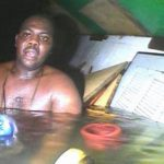 El cocinero nigeriano sobrevivió tres días bajo el agua, gracias a que quedó en un bolsón de aire que quedó atrapado. El rescate se efectuó en mayo, y el video fue revelado esta semana. FOTO AP Photo/DCN Diving