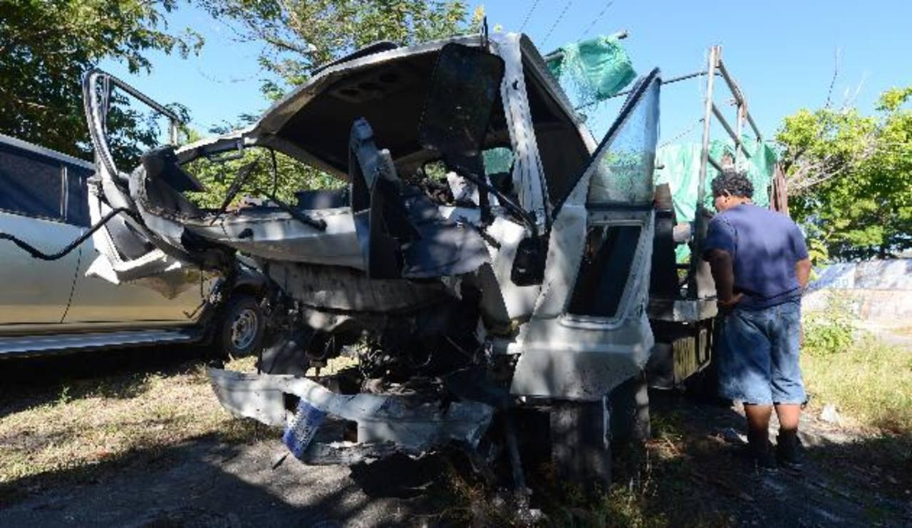 En este camión viajaban 20 evangélicos que regresaban a casa de una vigilia en Chalatenango. Foto EDH / Jaime Anaya