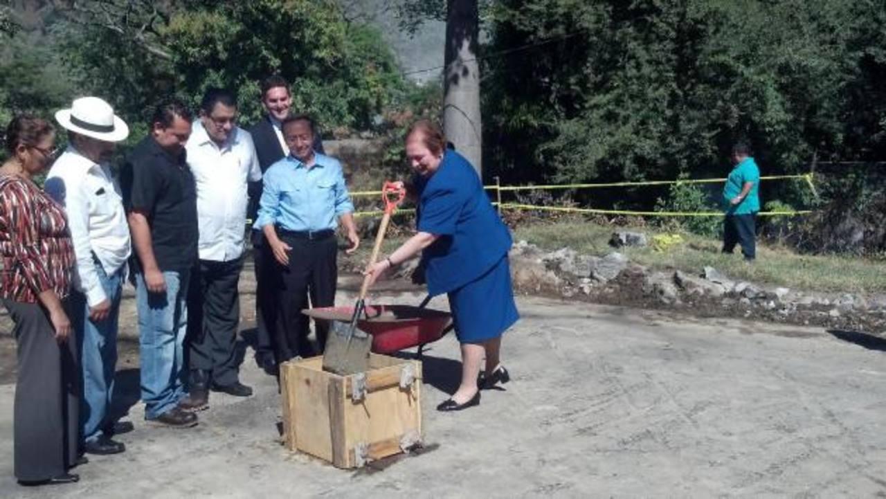 La embajadora de Estados Unidos, Mari Carmen Aponte, participó en el inicio de la construcción del puente. foto edh /NIDIA HERNÁNDEZEl puente estará en el kilómetro 36 de la carretera al Litoral, la cual es una de las rutas cañeras. foto edh / NIDIA