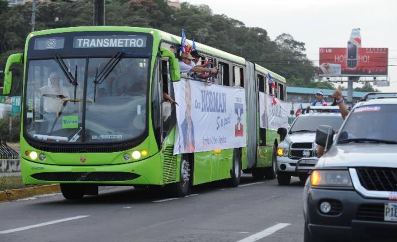 Las unidades que el gobierno y los buseros de Sipago traerán para el Sitramss son similares a la que trajo Norman Quijano cuando prometió la implementación del metrobús. Foto EDH / Archivo